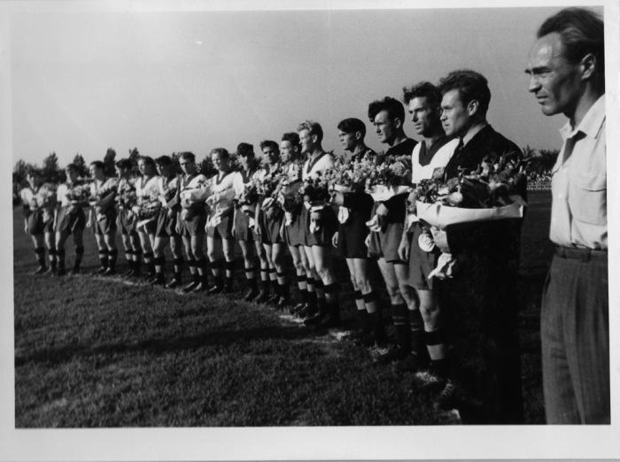 """Cu un an şi jumătate mai devreme. Silviu Ploeşteanu (primul din dreapta) veghind asupra echipei """"stegare""""."""