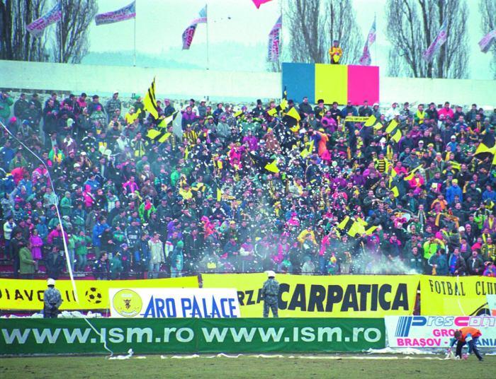 """Aici, galeria stătea la Tribuna a 2-a, aşa cum arată această tribună a stadionului """"Silviu Ploeşteanu"""" în anul 2000."""