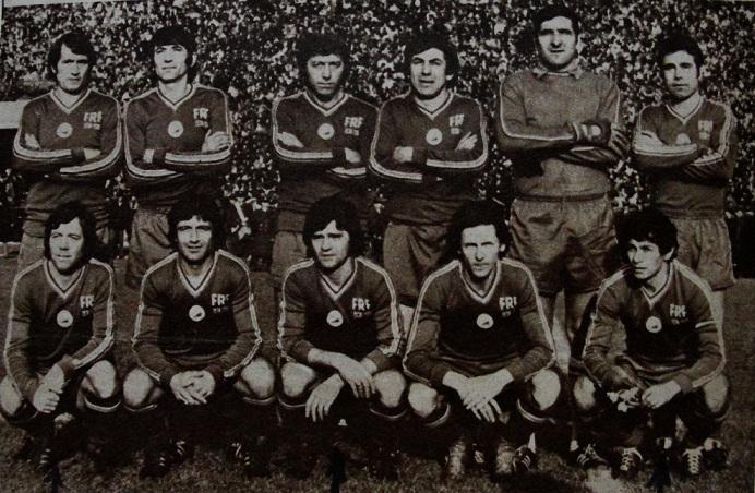 """Ca şi la echipa de club, Nicolae Pescaru în mijlocul primului rând. Singura fotografie de grup """"tricoloră"""" a carierei sale. România '70 vs. România '80, martie 1980"""