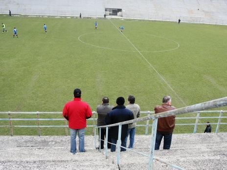 Prima fotografie din această epopee e datată 4 martie 2010. Din tată-n fiu pe stadionul ICIM, la un meci între Juniorii Steagului şi echipa mare. Taţii sunt în tribuă, fiii pe teren.