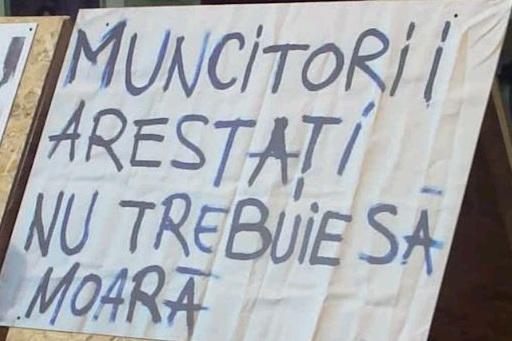 """2010. Expoziţa anti-comunistă organizată de Asociţia """"15 Noiembrie 1987"""" în Piaţa Sfatului. Mesajul confecţionat de clujeanul Cătălin Bia acum 24 de ani."""