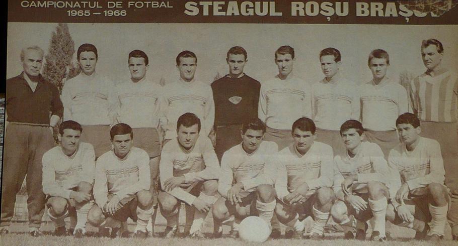 Nicolae Campo, al treilea de la dreapta la stânga, împreună cu coechipierii săi în sezonul 1965/66