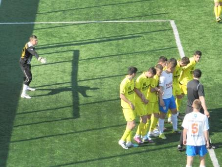 """""""Pensionarul"""" aranjându-şi zidul pentru indirecta din finalul meciului."""