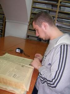 """La Arhivele Bibliotecii Judeţene, studiind colecţia """"Sportul Popular"""" din ...1961"""