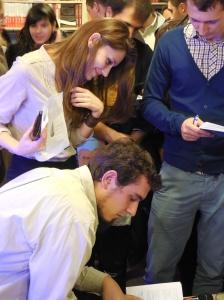 Sesiunea de autografe post-lansare. sursa foto: dealulmelcilor.com
