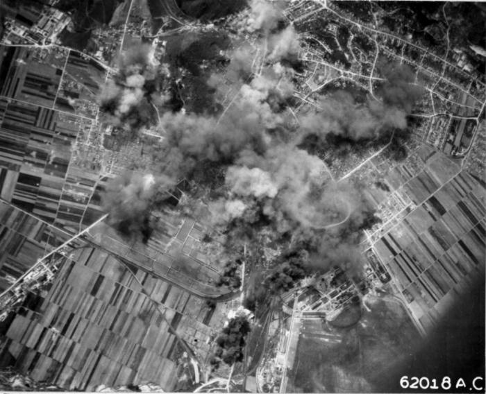 Imagine de sus a Brașovului în timpul bombardamentului din 6 mai 1944, sursa