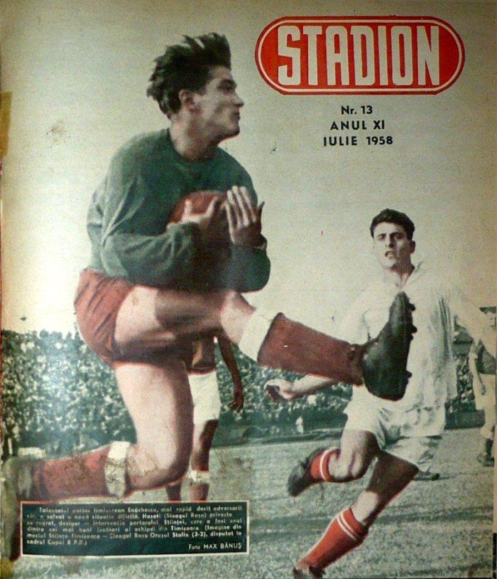 Emanoil Haşoti (alb) priveşte deznădăjduit cum portarul Ştiinţei prinde mingea. Pentru Steagul Roşu a fost prima din cele 7 semifinale de Cupă care aveau să urmeze.