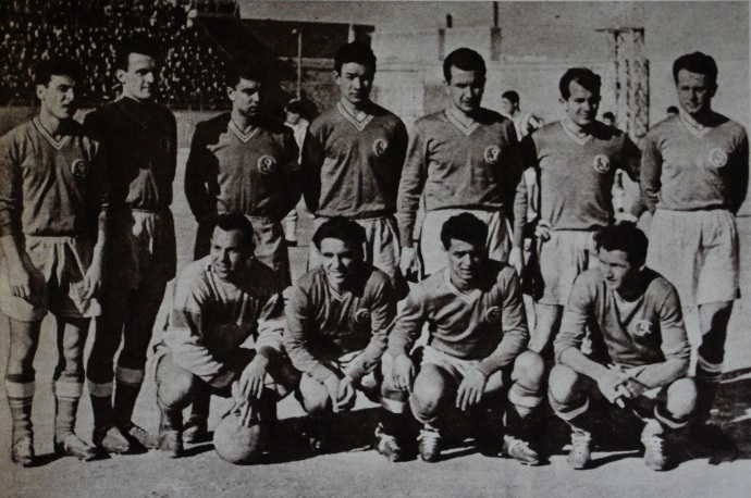 15 februarie 1961, Atena: primul 11 pentru Steagul Roşu Braşov în meciul cu AEK.În picioare, de la stânga: Haşoti, Zbârcea, Szeredai, Nagy, Szigety, Meszaroş, Campo. Jos: Ghiţă, David, Năftănăilă, Zaharia.