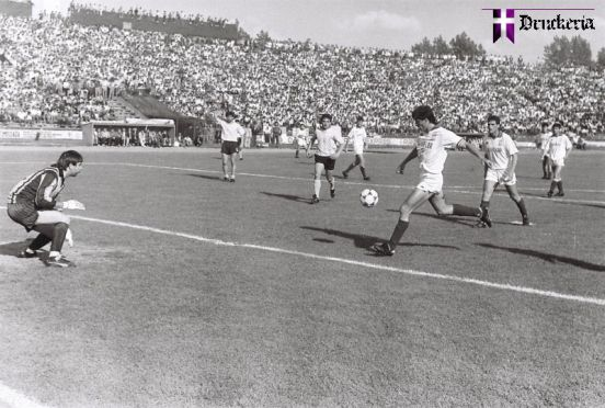 """Execuţie. Andrei Şanta faţă-n faţă cu """"călul"""", fază premergătoare golului 2-0."""