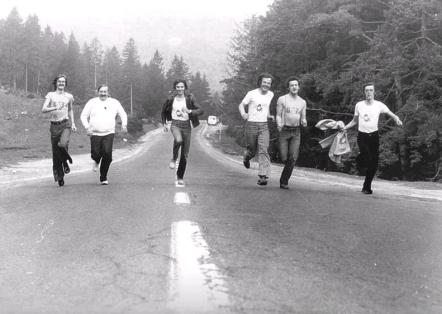 """1979. """"Stegarii"""", cu Nicolae Proca antrenor, alergau după obţinerea promovării, """"roacării"""" după gloria muzicală. Daniil Proca este primul din dreapta. sursa: grup74.ro"""