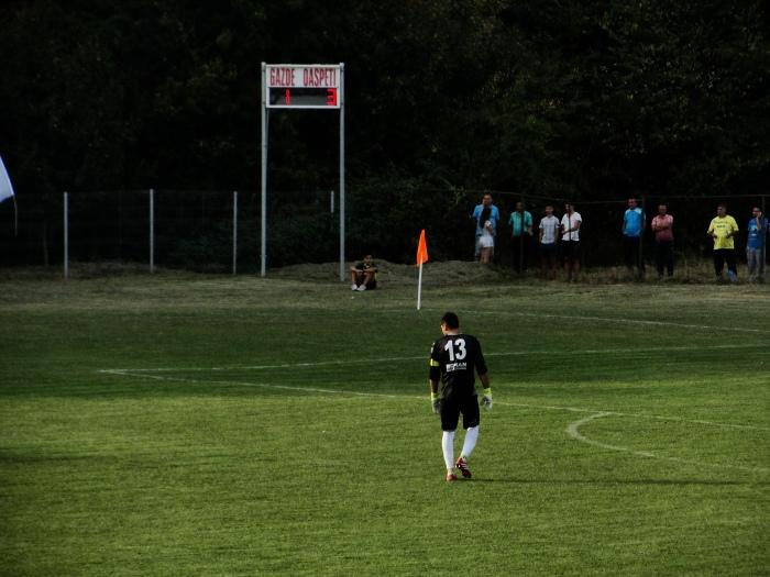 Simetrie. La 1-3 pe tabelă, căpitanul nostru cu numărul 13 priveşte o nouă încercare ofensivă a colegilor săi de a duce meciul dincolo de orice îndoială.