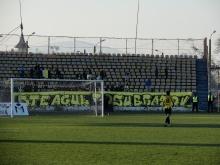 """Steagul Roşu Braş""""opt"""". Puştiul clubului, Vlad Olteanu, care de la patru ani bate mingea în tricoul galben-negru se îndreaptă (pentru ultima oară?) să dea mână cu băieţii din galerie."""