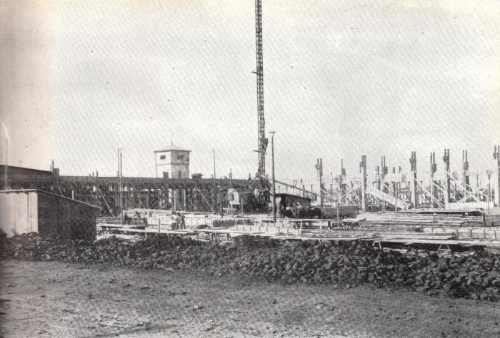 1935 - Uzinele Astra Braşov se află în construcţie. În fundal se poate observa turnul vechii fabrici ROMLOC. sursa foto: cartea