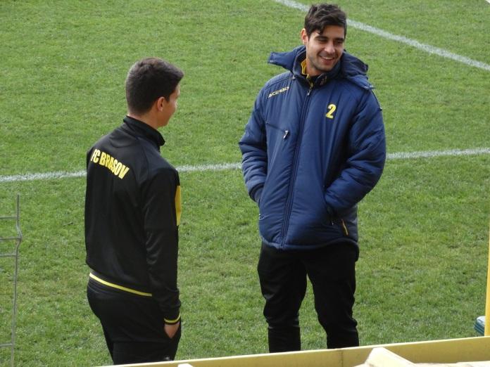 Petre Goge (dreapta) explicându-i debutantului Ştefan Răchişan, înainte de meciul cu Metalul, cum e cu emoţiile şi islandeza.