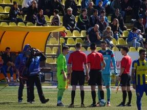 """Portarii ambelor echipe au fost şi căpitani, Florin """"Pensionaru'"""" Iacob şi Cezar Lungu la o rişcă cu arbitrul."""