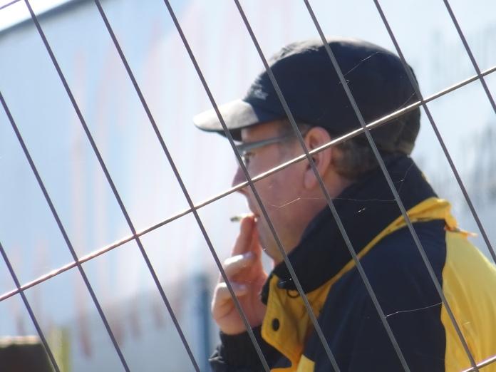 Ca să nu-l recunoască concetăţenii săi prin oraş, în mod voit i-am făcut această fotografie în care gardul este elementul focusat, iar suporterul cel blurat.