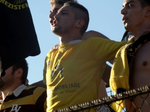 Fundaşul stânga, Laurenţiu, schimbând postura în repriza a doua.