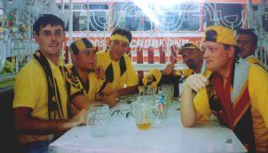 Horaţiu (stânga) şi Cico (dreapta) cu băieţii înaintea meciului cu Mika Asharak din turul preliminar la Cupei UEFA, în august 2001