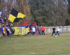 Fotbal pe un covor de toamnă şi cu un cor în spate. Cam frumos. / foto de Alexandra Moldovan
