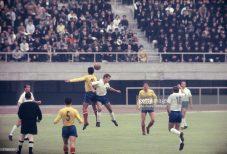 Constantin Koszka câştigă un duel aerian în meciul România - RDG de pe 13 octombrie 1964 (Photo by The Asahi Shimbun via Getty Images)
