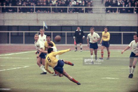 Gheorghe Constantin reia din careu în meciul România - RDG de pe 13 octombrie 1964 (Photo by The Asahi Shimbun via Getty Images)
