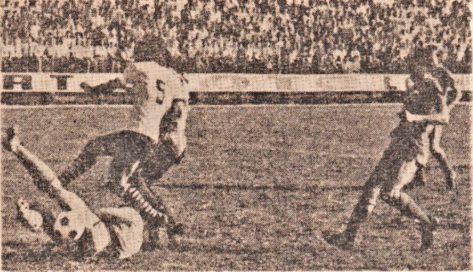 """""""BRAŞOV. Steagul roşu deschide scorul (min. 4): Mateescu l-a lansat pe Anghel, acesta a centrat şi Pescaru (nr. 5) a reluat pe lângă Nagel, ieşit la blocaj."""" foto de S. BAKCSY"""