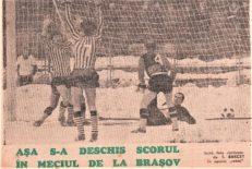 Csaba Györffy (nr. 7) a deschis scorul şi se bucură împreună cu prietenul său Nicolae Pescaru (plan depărtat, cu faţa). foto de S. BAKCSY